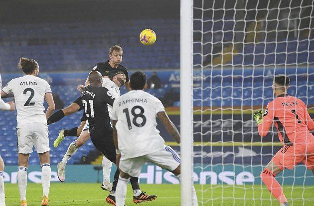 Tomáš Souček z West Hamu střílí hlavou gól v utkání Premier League s Leedsem.
