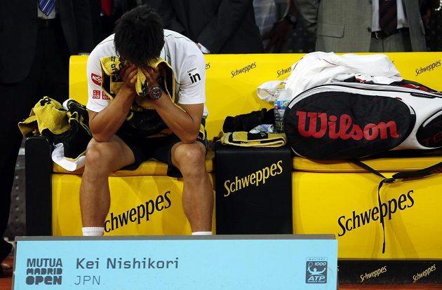 Smutný japonský tenista Kei Nišikori, finále turnaje v Madridu musel kvůli zranění vzdát.