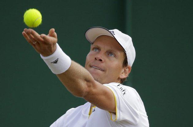Tomaáš Berdych při osmifinále Wimbledonu s Rakušanem Dominikem Thiemem.