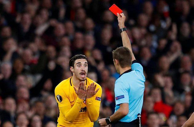 Fotbalista Atlétika Madrid Sime Vrsaljko brzy viděl v semifinále Evropské ligy na hřišti Arsenalu červenou kartu.