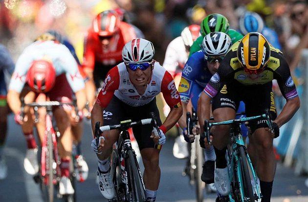 Vlevo vítězný Australan Caleb Ewan těsně předstihl Nizozemce Dylana Groenewegena. Za nimi Ital Elia Viviani a v zeleném schovaný Peter Sagan.