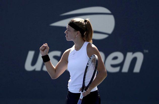 Vítězné gesto Karolíny Muchové během druhého kola US Open.