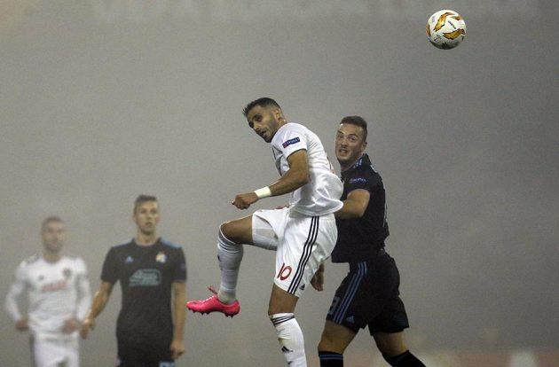 Trnavský útočník Ali Ghorbani v hlavičkovém souboji s Amirem Rahmanim z Dinama Záhřeb.