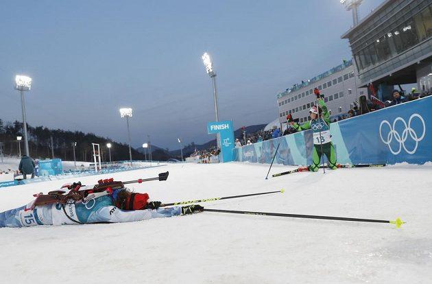 Zcela vyčerpaná Veronika Vítková v cíli individuálního závodu.