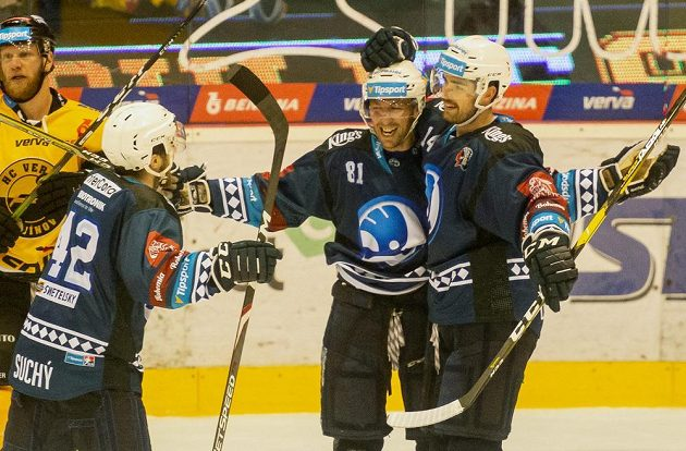 Filip Suchý, Jaroslav Kracík a Peter Čerešňák z Plzně se radují z gólu.