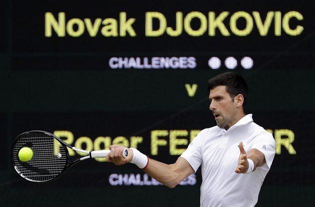 Novak Djokovič ve finálovém zápase proti Rogeru Federerovi