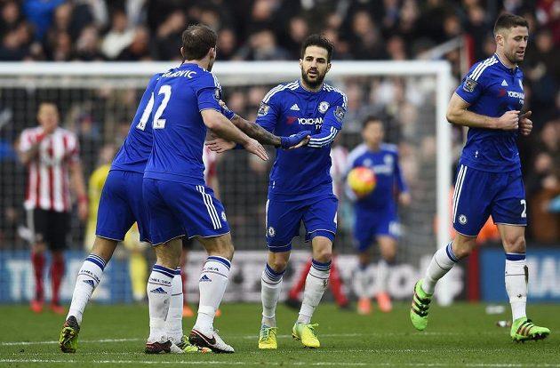 Cesc Fábregas z Chelsea (druhý zprava) oslavuje se spoluhráči branku do sítě Southamptonu.