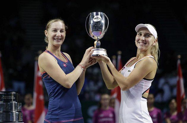 Ruský pár Jekatěrina Makarovová a Jelena Vesninová s trofejí pro vítězky.