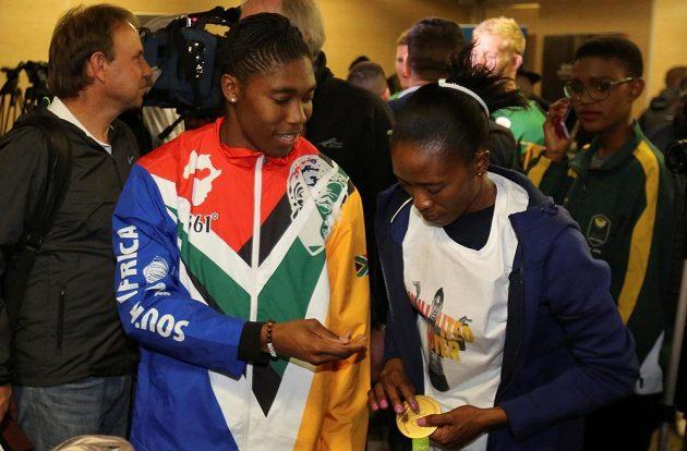 Manželka Caster Semenyaové Violet Raseboyaová (vpravo) si prohlíží zlatou olympijskou medaili.