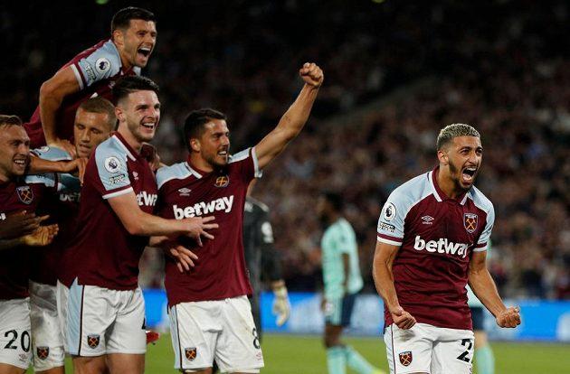 Fotbalisté West Hamu slaví druhou branku v síti Leicesteru