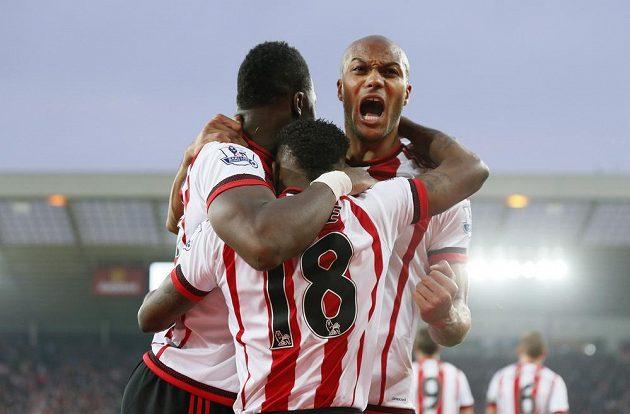 Hráči Sunderlandu jásají po gólu proti Evertonu.