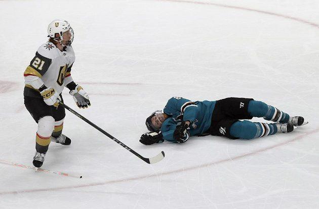 Klíčový moment. Hokejista Joe Pavelski z týmu San Jose Sharks leží na ledě po faulu Codyho Eakina z Vegas Golden Knights. Pětiminutovou přesilovku využili Žraloci ke vstřelení čtyř branek.