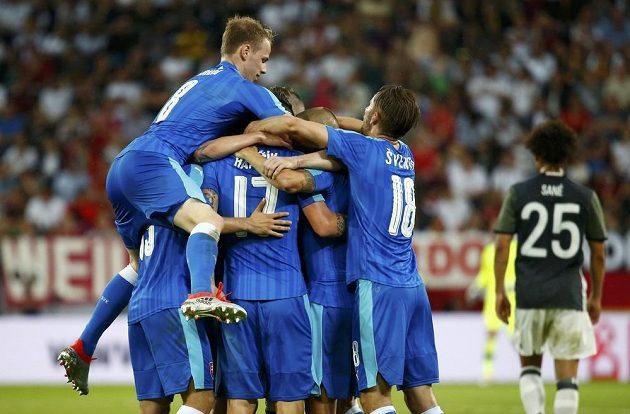 Slovenští fotbalisté se radují z gólu v přátelském duelu proti Německu.
