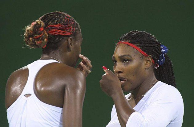 Jak na ně? jako by se ptala Serena Williamsová (vpravo) své starší sestry Venus.