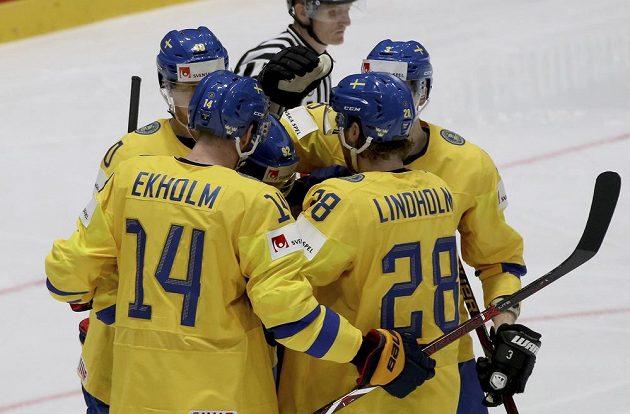 Švédští hokejisté se radují z gólu proti Rakousku.