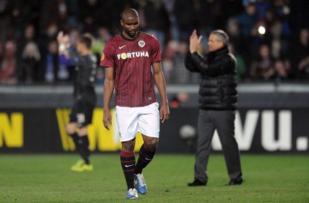 Léonard Kweuke ze Sparty zklamaně odchází po prohraném zápase s Chelsea.