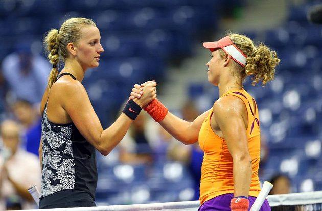 Česká tenistka Petra Kvitová (vlevo) podává ruku Němce Lauře Siegemundové po vítězství v prvním kole US Open.