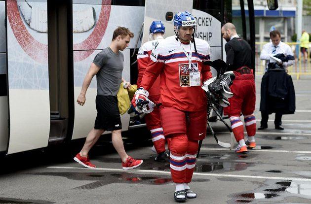 Petr Čáslava vychází z týmového autobusu.