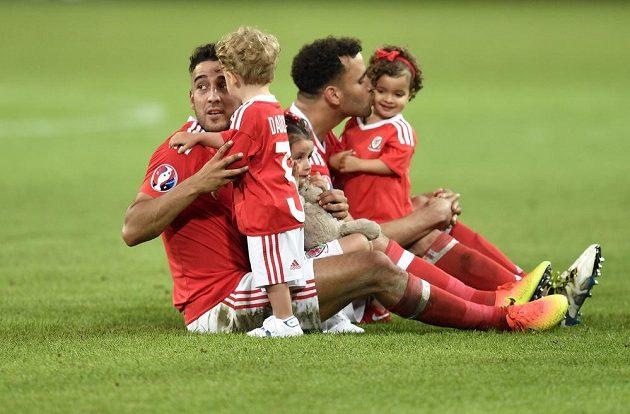 James Chester a Hal Robson Kanu oslavují vítězství nad Belgií se svými dětmi