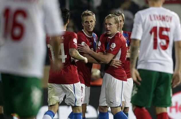 Bořek Dočkal a František Rajtoral se radují z gólu proti Bulharsku.