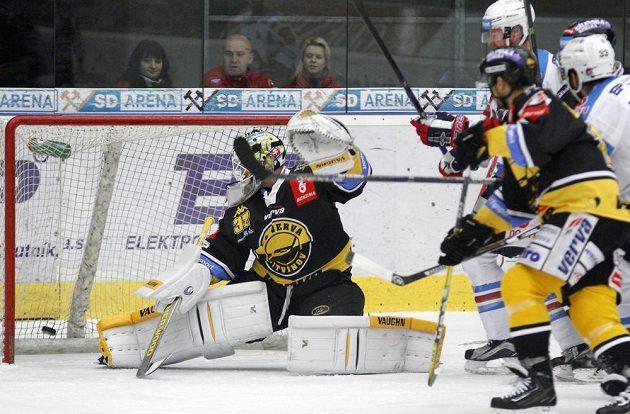 Brankář Litvínova Jaroslav Janus (vlevo) dostává úvodní gól v utkání s Chomutovem.