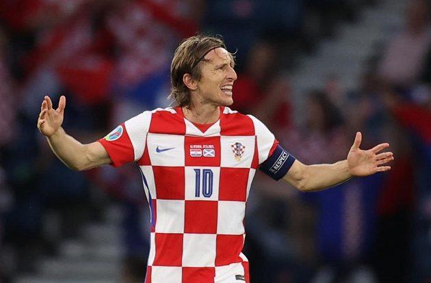 Hvězdný kapitán chorvatského celku Luka Modrič slaví druhý gól v síti Skotska.