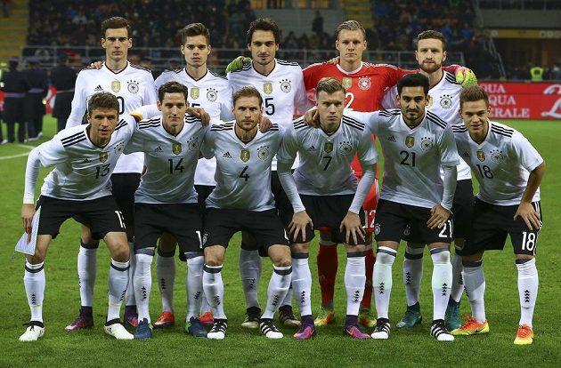 Tihle borci zkrátka góly nedostávají... Tým Německa před zápasem v Itálii.