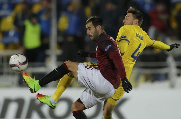 Sparťan Néstor Albiach (vlevo) v souboji o míč s Vladimirem Granatem z Rostova.