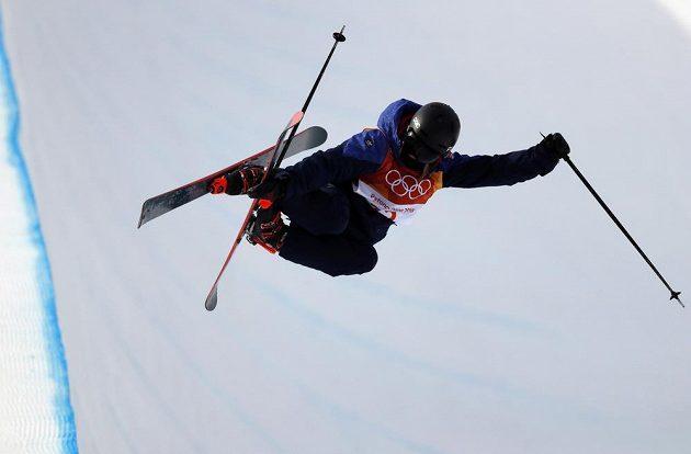 Britská závodnice Rowan Cheshireová ve finále U-rampy akrobatických lyžařek.