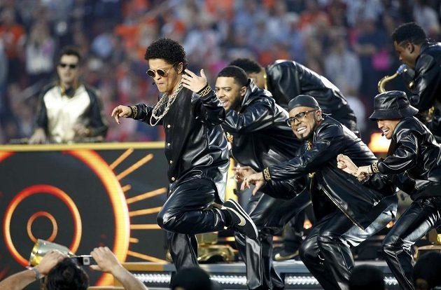 Bruno Mars vystoupil během přestávky 50. finále ligy amerického fotbalu mezi Carolinou a Denverem.
