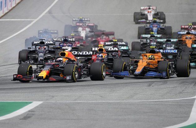 Jezdec Red Bullu Max Verstappen v čele závodu po startu Velké ceny Rakouska