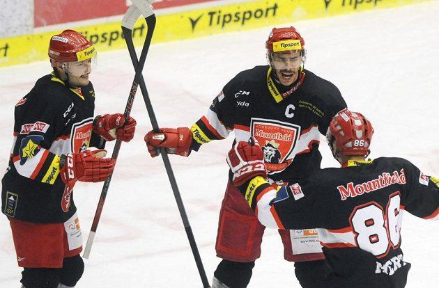 Hokejisté Hradce Králové se radují z gólu, který vstřelil kapitán Jiří Šimánek (uprostřed).