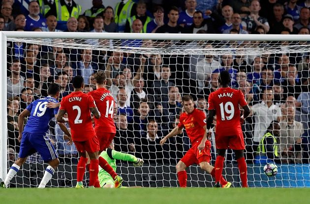 Diego Costa střílí jediný gól Chelsea v duelu proti Liverpoolu.