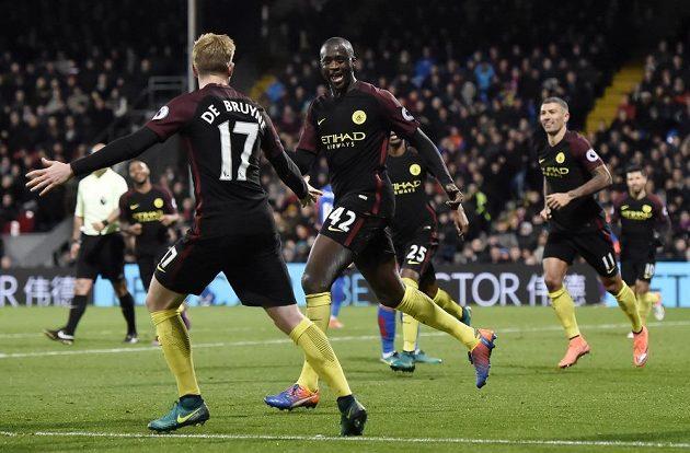 Záložník Manchesteru City Yaya Touré (č. 42) slaví se spoluhráči gól proti Crystal Palace.