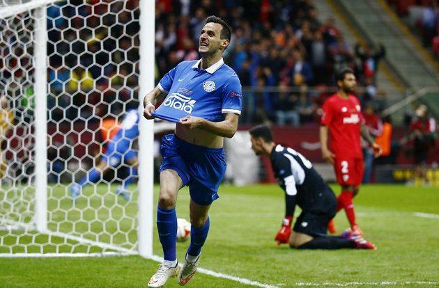 Nikola Kalinič z Dněpropetrovsku oslavuje vedoucí gól ve finále Evropské ligy proti Seville.