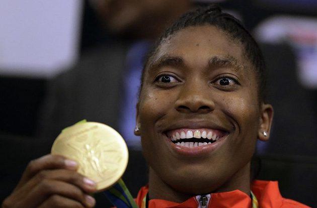 Jihoafričanka Caster Semenyaová se zlatou olympijskou medailí z trati 800 metrů.