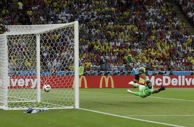 Brazilský brankář Alisson se marně natahuje po míči po střele Belgičana Kevina de Bruyna.