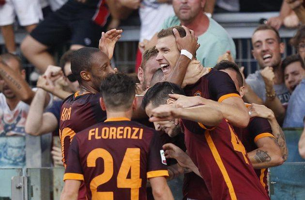 Hráči AS Řím slaví s autorem druhého gólu do sítě Juventusu Edinem Džekem.