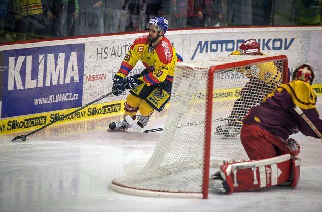 Hráč Motoru Mitchell Fillman (vlevo) krouží kolem jihlavské branky během utkání 4. kola baráže o hokejovou extraligu.