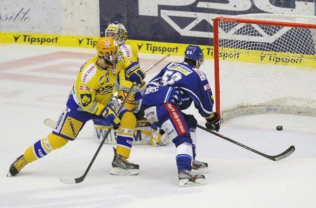 Útočník Komety Vojtěch Němec (vpravo) střílí gól. Vlevo je zlínský obránce Martin Matějíček, v pozadí brankář Libor Kašík.