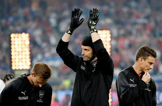 Brankář Arsenalu Petr Čech zdraví fanoušky v Baku před finále Evropské ligy.