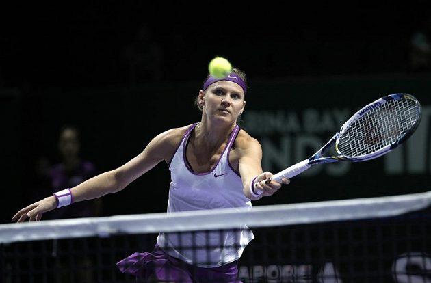 Lucie Šafářová se připravuje na volej v zápase s Angelique Kerberovou.