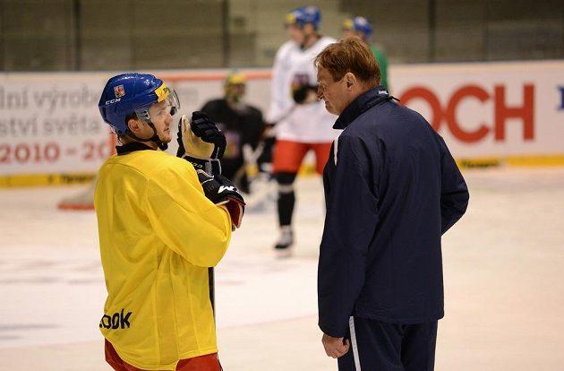 Trenér Alois Hadamczik (vpravo) v rozhovoru s Petrem Holíkem.