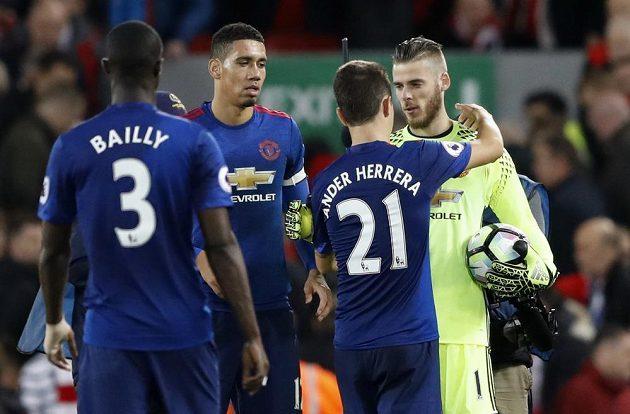 Fotbalisté Manchesteru United děkují brankáři de Geovi po zápase s Liverpoolem.