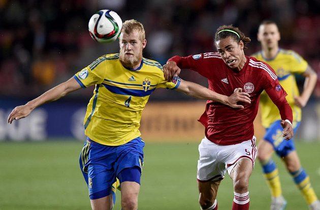 Švédský obránce Filip Helander (vlevo) v souboji s Yussufem Poulsenem z Dánska.
