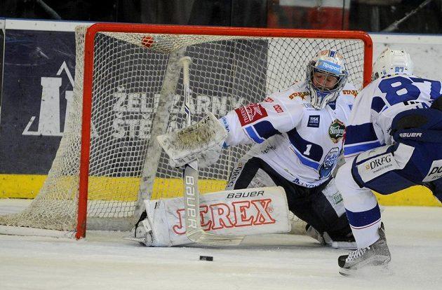 Brněnský brankář Marek Čiliak ve spolupráci s Marcelem Haščákem likvidují šanci Hradce Králové během šestého semifinále play off hokejové extraligy.