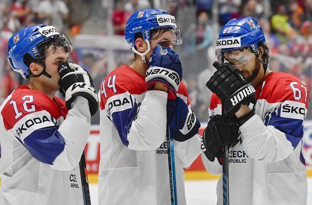 Zklamaní čeští hráči (zleva) Dominik Simon, Jan Rutta a Michael Frolík po prohraném zápase.