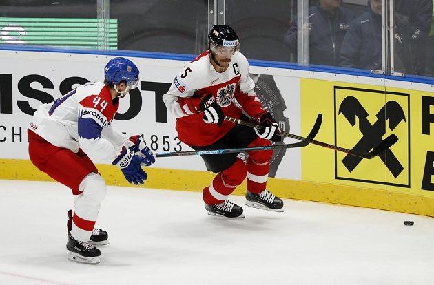 Thomas Raffl z Rakouska a Jan Rutta v utkání základní skupiny MS v Bratislavě.