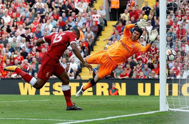 Liverpoolský útočník Daniel Sturridge počtvrté překonává Petra Čecha z Arsenalu.