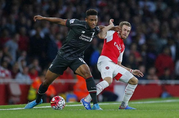 Liverpoolský Joe Gomez (vlevo) a Aaron Ramsey z Arsenalu.